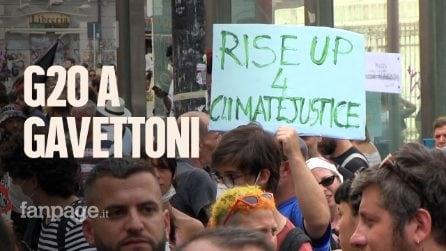 G20 dell'ambiente a Napoli: il corteo finisce con i gavettoni alla polizia