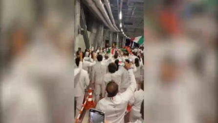 Olimpiadi, la delegazione italiana canta l'inno di Mameli prima di entrare nello stadio