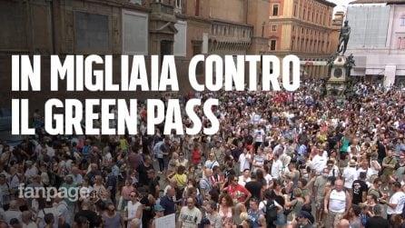 """Bologna, in migliaia contro il Green Pass, presi di mira Draghi e i giornalisti: """"Servi e fascisti"""""""