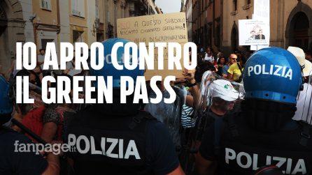 """Ristoratori di """"Io Apro"""" in piazza a Roma contro il green pass: corteo e tensioni con polizia"""