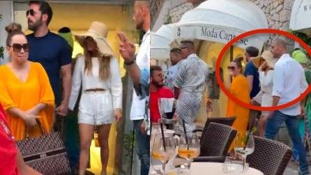 Capri, Jennifer Lopez e Ben Affleck salutano mentre escono da un negozio
