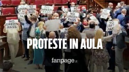 Fratelli d'Italia protesta contro il Green Pass brandendo cartelli e occupando l'Aula della Camera