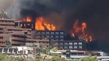 Turchia, l'incendio è gigantesco e arriva fino all'hotel pieno di turisti