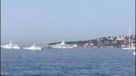 Il mega-yacht di Jennifer Lopez e Ben Affleck davanti al Lungomare di Napoli