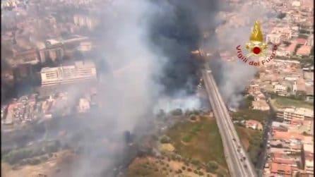 Brucia la Sicilia, vasto incendio alle porte di Catania