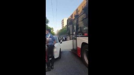Corso Secondigliano, auto sfonda con la portiera il vetro del bus e resta incastrata