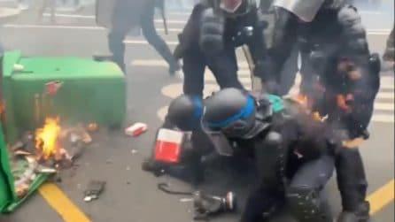 No Green pass, un poliziotto rischia di prendere fuoco