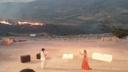 Incendi in Sicilia, spettacolo teatrale a Segesta con un rogo sullo sfondo