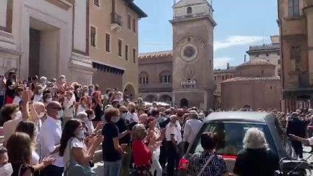 Funerali De Donno: folla applaude all'uscita del feretro dalla Basilica di Mantova