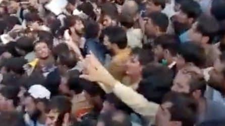 Centinaia di persone disperate premono sui cancelli dell'aeroporto pur di scappare dai talebani