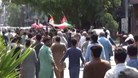 Spari su manifestanti con bandiera afgana a Jalalabad