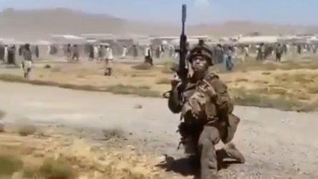 Kabul, soldato americano fa una foto mentre dietro di lui gente disperata scappa dai talebani