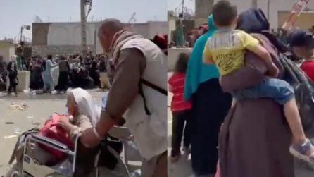 Bambini, anziani, donne e disabili fuori dall'aeroporto: talebano li frusta per scacciarli
