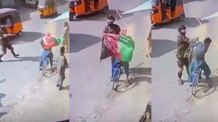 Protestano in strada, ma vengono presi a schiaffi e arrestati dai talebani