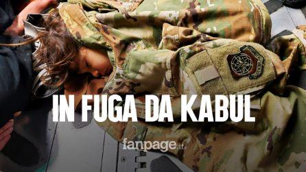 Bimba lascia Kabul avvolta in una giacca militare: la foto simbolo della crisi umanitaria