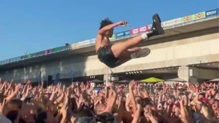 Lo stage diving di Damiano durante un concerto in Belgio