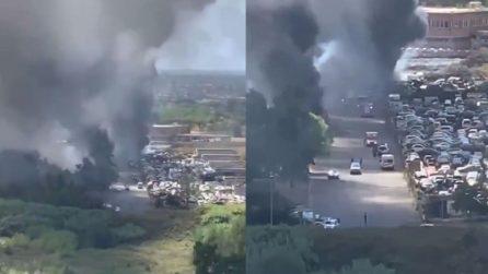 Incendio in uno sfascia carrozze a Roma sud, alta colonna di fumo nero