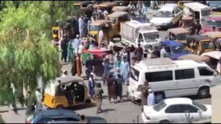 Persone protestano sventolando la bandiera dell'Afghanistan: i talebani sparano sulla folla