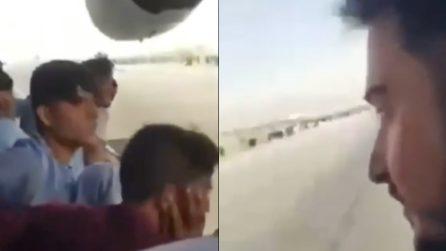 Aggrappati all'aereo per scappare da Kabul, ragazzo filma il momento in cui l'aereo sta per decollare