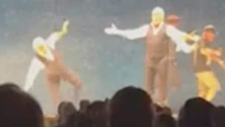 Biagio Izzo scivola e cade sul palco durante uno spettacolo con De Martino e Paolantoni