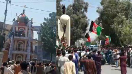 Cittadini manifestano contro i talebani: le bandiere dell'Afghanistan vengono alzate di nuovo