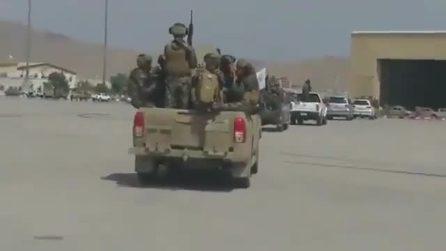 L'ultimo aereo militare degli USA lascia l'Afghanistan: i talebani entrano nell'aeroporto vuoto