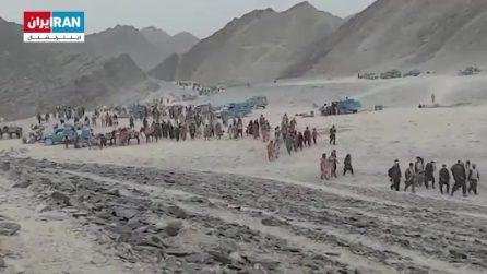 Afghani scappano dai talebani e attraversano il confine con l'Iran