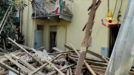Palazzina di due piani crolla alla periferia di Torino: soccorsi in azione