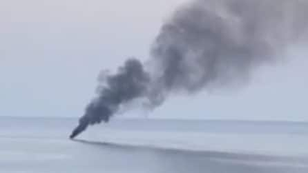 Barca in fiamme tra Agnone e Acciaroli: la colonna di fumo visibile da molti chilometri