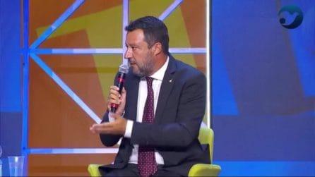 """Salvini: """"Pronti a rivedere il reddito di cittadinanza"""". Conte non è d'accordo: il gesto dal palco"""