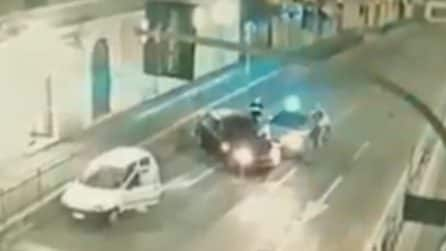 Evasione, furto e inseguimento: sembra un film per le strade di Genova, ma è la realtà