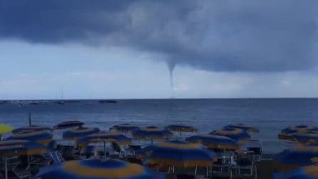 Tromba marina al largo dell'isola di Ischia (Napoli): spettacolo dal mare
