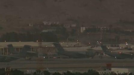 Kabul, il momento dell'esplosione all'aeroporto