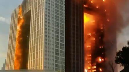 Spaventoso incendio divora un intero grattacielo: le immagini sono drammatiche