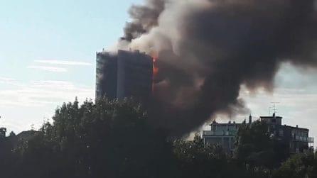 Incendio al grattacielo Antonini, le fiamme avvolgono l'edificio