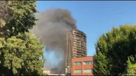 """Incendio in via Antonini, i testimoni: """"Siamo corsi giù appena viste le fiamme"""""""