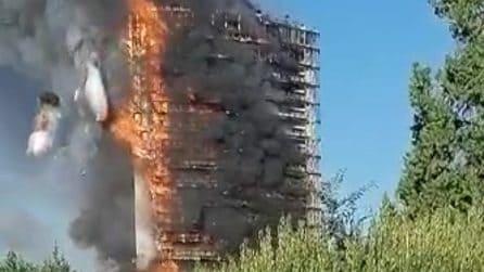 Incendio in via Antonini, il fuoco distrugge la Torre del Moro
