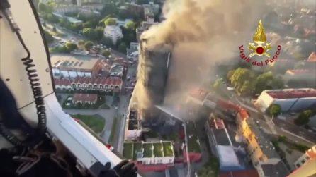 Milano, il grattacielo brucia: l'incendio ripreso dall'alto