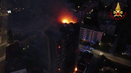 Milano, l'incendio ripreso dal drone: il grattacielo in fiamme brucia ancora