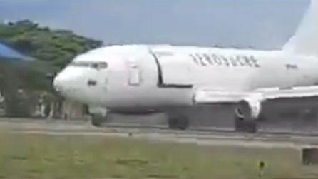 L'aereo atterra con il portellone aperto: brividi in pista