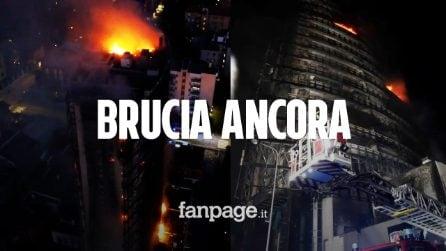 """Il grattacielo di Milano brucia ancora, la rabbia dei condomini: """"Doveva essere ignifugo"""""""