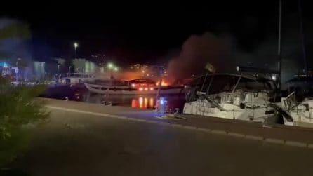 Barca a fuoco a Castellammare di Stabia, morta 28enne