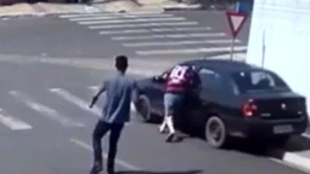 """L'auto è senza freno a mano: l'uomo si """"tuffa"""" per poterla fermare"""