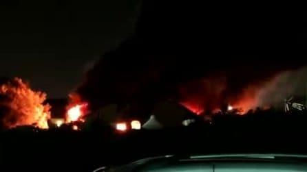 Roma, incendio sulla Tirburtina: bruciano quintali di rifiuti tossici