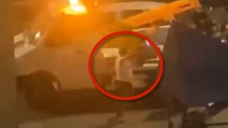 Il Napoli segna, lui esulta mentre il carro attrezzi porta via la sua macchina