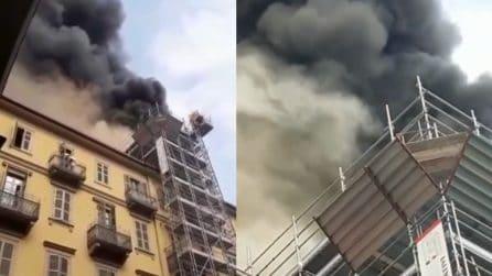Torino, in fiamme un edificio: le immagini drammatiche nei pressi della stazione