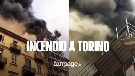 Torino, nube di fumo nero sulla città: fiamme in un edificio di fronte la stazione Porta Nuova