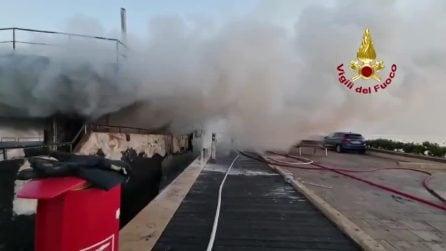 Enorme incendio nel porto turistico di Olbia: uno yacht ha preso fuoco nella notte