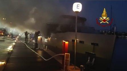 Olbia, yacht di 35 metri in fiamme: l'intervento dei vigili del fuoco