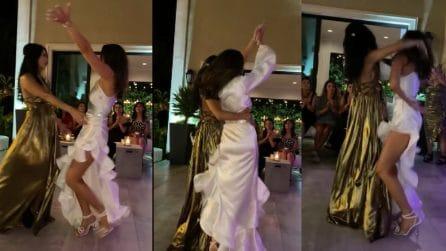 Ballo durante il matrimonio: mamma e figlia si scatenano